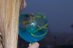 Gin Tonic Azul con Seagram's, Nordik Blue, bayas de enebro, corteza de limón, Kumquat y pimienta rosa.